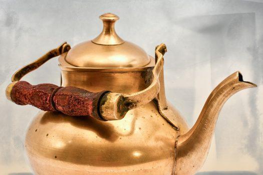 čajník z mosadze
